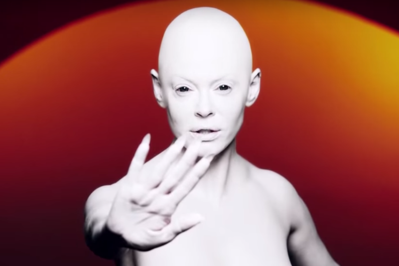 Star-24-tv-rose-mcgowan-se-transforme-en-alien-pour-premier-clip