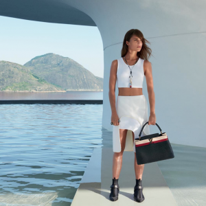 photos-alicia-vikander-pose-a-la-plage-pour-louis-vuitton-_portrait_w674-1