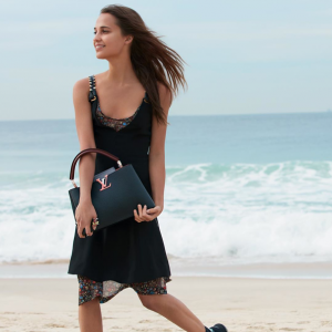 photos-alicia-vikander-pose-a-la-plage-pour-louis-vuitton-_portrait_w674-2