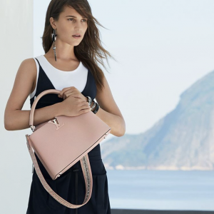 photos-alicia-vikander-pose-a-la-plage-pour-louis-vuitton-_portrait_w674-3