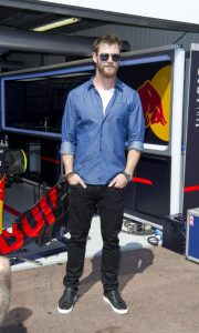 chris-hemsworth-present-au-grand-prix-de-monaco_portrait_w674