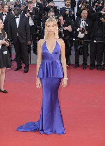 hailey-baldwin-en-robe-twinset-cannes-le-17-mai-2017_portrait_w674
