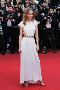 lily-rose-depp-en-robe-chanel-cannes-le-17-mai-2017_portrait_w674