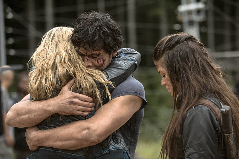 the-100-season-2-episode-5-clarke-bellamy-hug